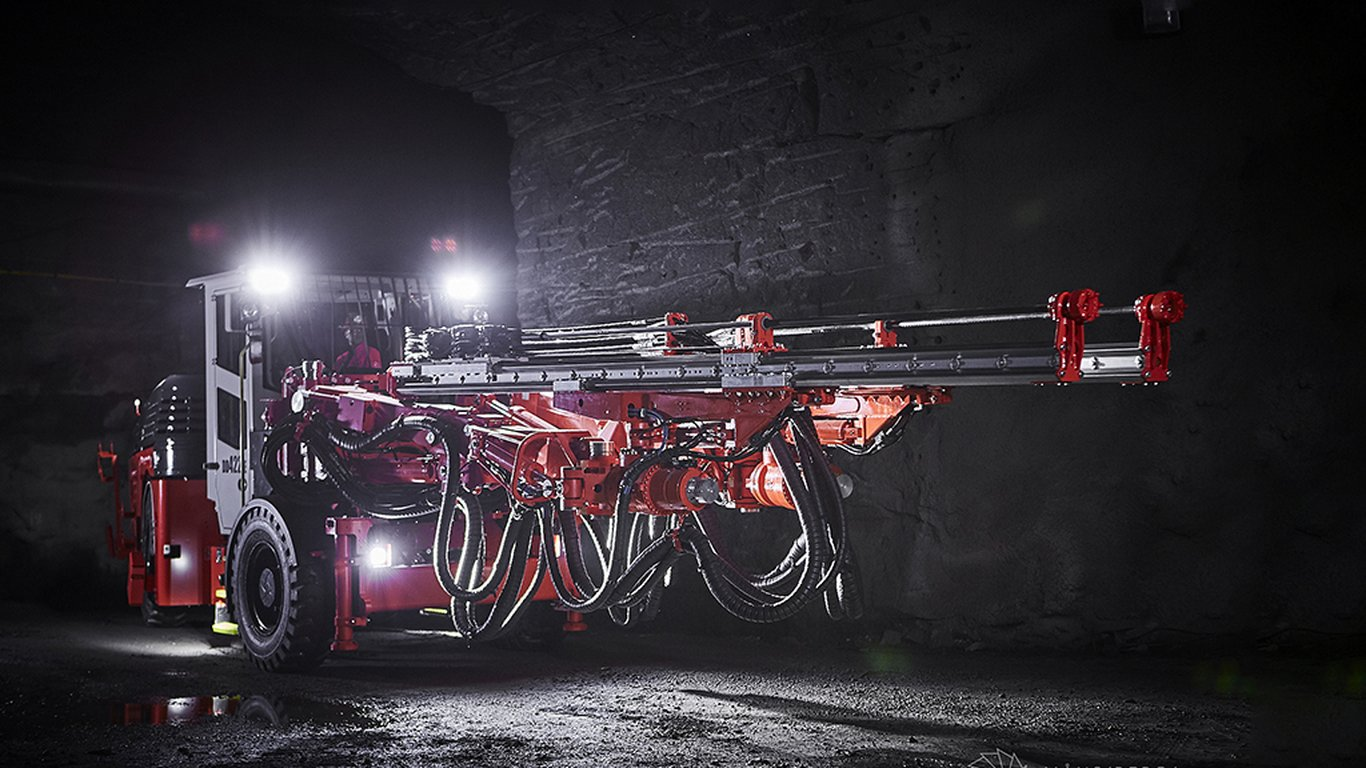<p>Sandvik DD422iE</p> <ul> <li>Rock drills: 2 x Sandvik RD525, 25 kW</li> <li>Hole diameter: 43–64 mm</li> <li>Hole length: max 5.27 m</li> <li>Electric engine power: 160 kW</li> <li>Battery type and capacity: 100 kWh, sodium nickel chloride (SoNick) technology</li> </ul>