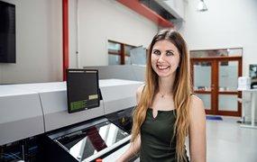 Johanna Malmström står i ett av Mycronics maskinrum.