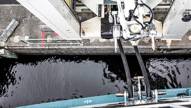 ABB-roboten kan ladda fartyget i alla slags väder.