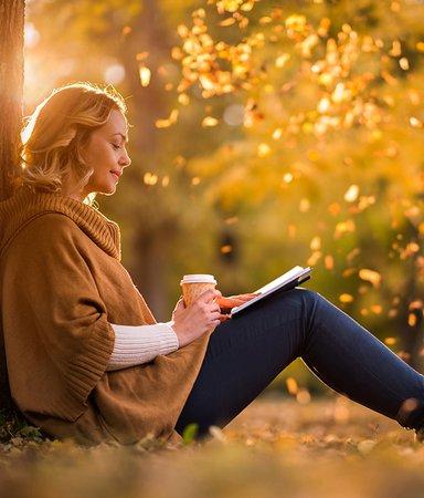 Kärlek, skratt och lite svärta – här är höstens feelgoodromaner