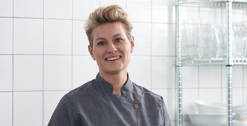 """Konditorn och kocken Marie Skogström jobbar gärna i denim. """"Det är slitstarkt, men ger också en 'casual' känsla"""", säger hon.  Foto: Jobeline"""
