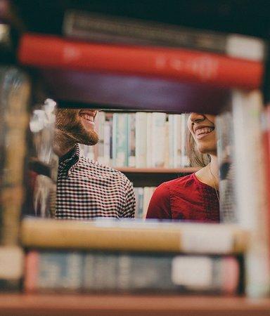 9 varma och härliga böcker om att hitta kärleken i bokmiljöer