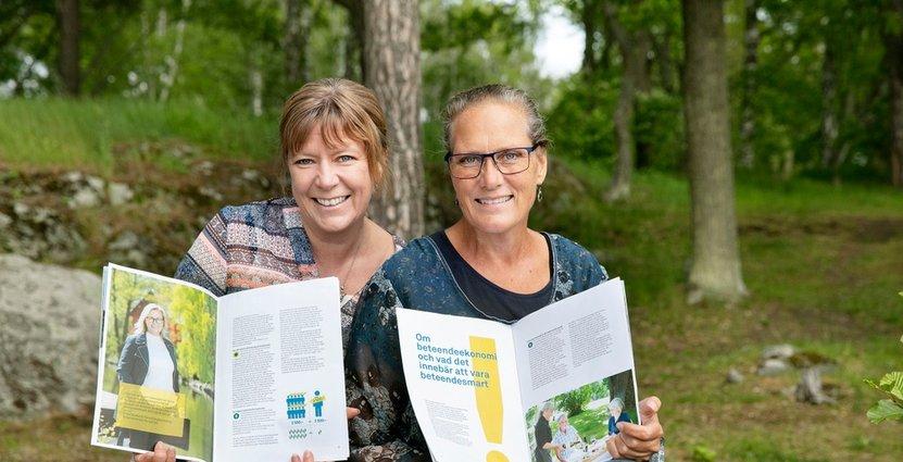 """Angelika Wernersson, auktoriserad rådgivare och Åsa Stanaway, internationell försäljningschef, på Västmanland Turism har varit drivande i att ta fram handboken """"Smarta sätt"""". Foto: Per Groth"""