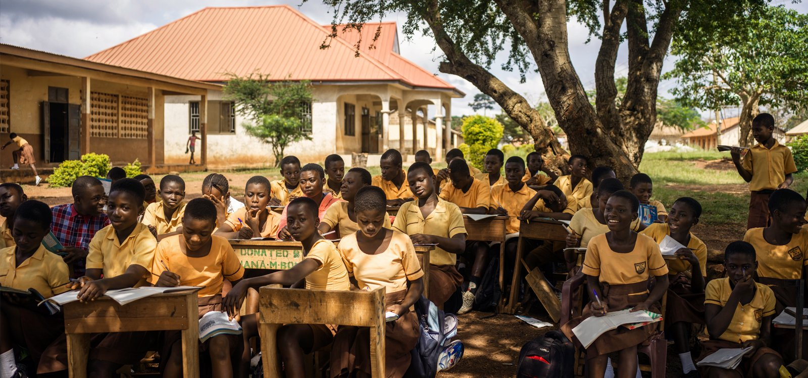 Po tym jak huragan zniszczył część budynku szkoły nr. 1 w Pakyi, dla starszych uczniów wprowadzono lekcje w prowizorycznych pomieszczeniach.