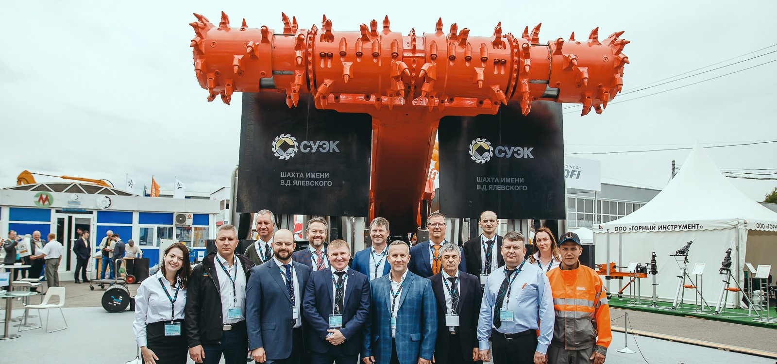 <p>Representatives from Sandvik Mining and Rock Technology present an MB670-1 bolter miner to SUEK-Kuzbass JSC at the Ugol Rossii & Mining exhibition.</p>