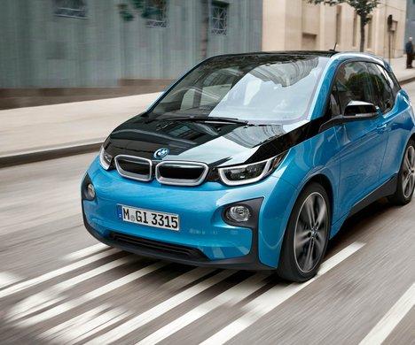 Dåliga försäljningssiffror för BMW i3 tvingar styrelsen till ett strategimöte i stället för att besöka motorshowen i Paris, säger källor med insyn i företaget.