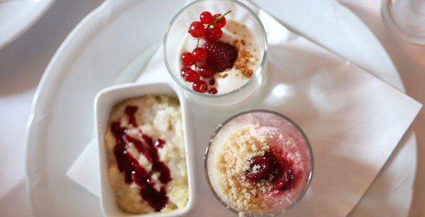 Avrundning. Desserterna består av filbunke, änglamat (körsbärsgrädde) och sjuskinningsgröt (risgrynsgröt).