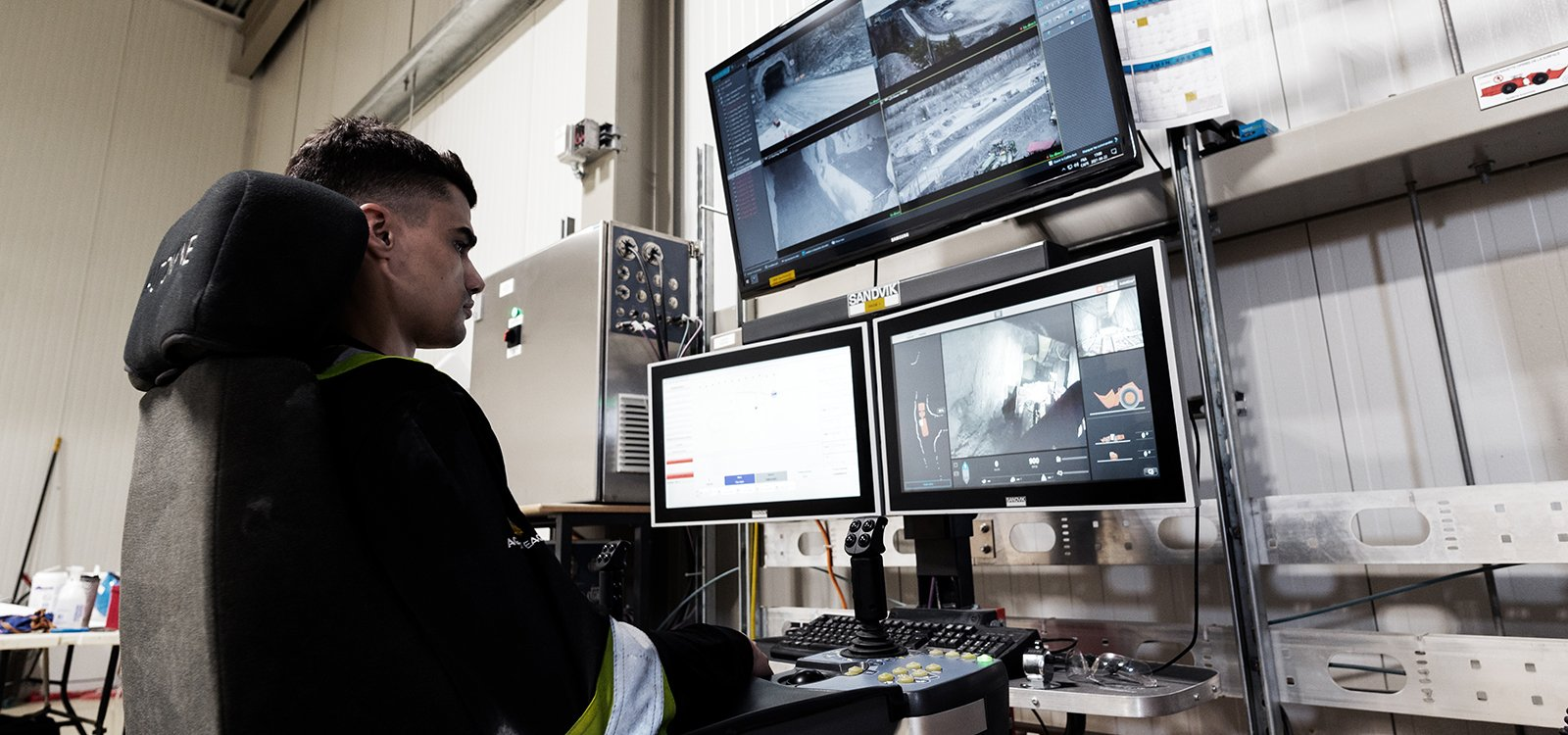 Avec le système AutoMine de Sandvik, l'opérateur de chargeur, Jessy Meideros, n'a plus besoin de s'asseoir dans la cabine pour commander la machine.