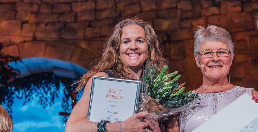 Anna Spjuth tar emot Visita-priset som är startat i Maud Olofssons namn.