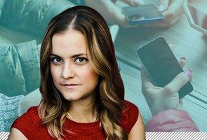 Katarina Gospic i förgrunden med en bild på en mobiltelefon bakom.