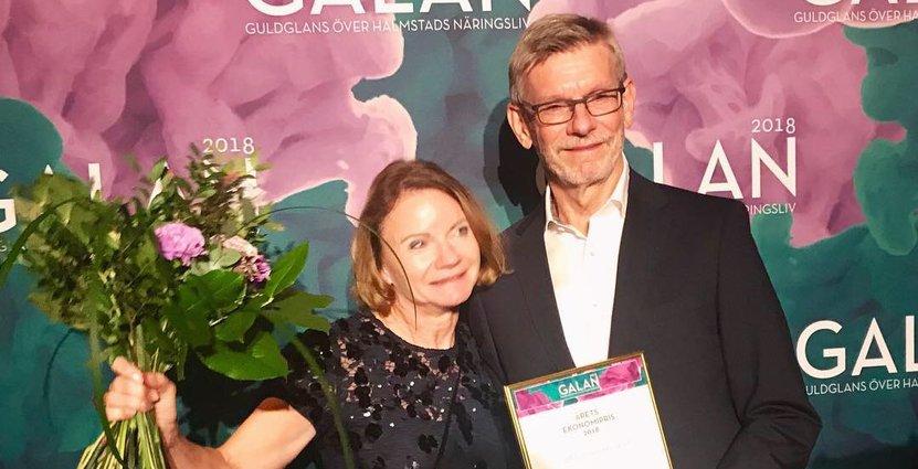 Hotel Tylösands vd Elisabeth Haglund och ekonomichefen Hans Bengtsson tar emot Halmstads Handelsförenings ekonomipris 2018. Foto: Pressbild
