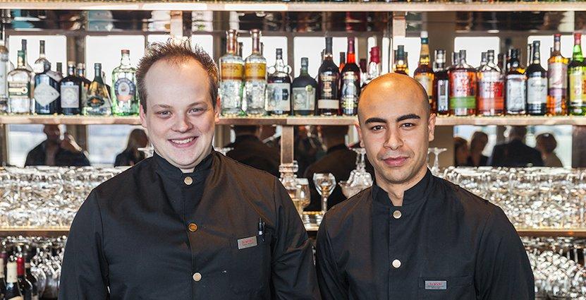 Två at 13 bar-ess. Samuel Yohannes, barchef, och kollegan Tobias Munthe.