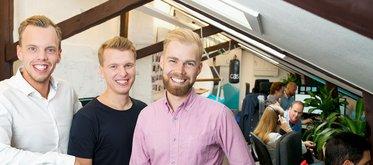 Grundarna Joakim Sjöblom, Marcus Lönnberg och Jonas Karles. I bakgrunden syns resten av teamet, varav några medlemmar har ett rosa band på sig.  – Det är vår