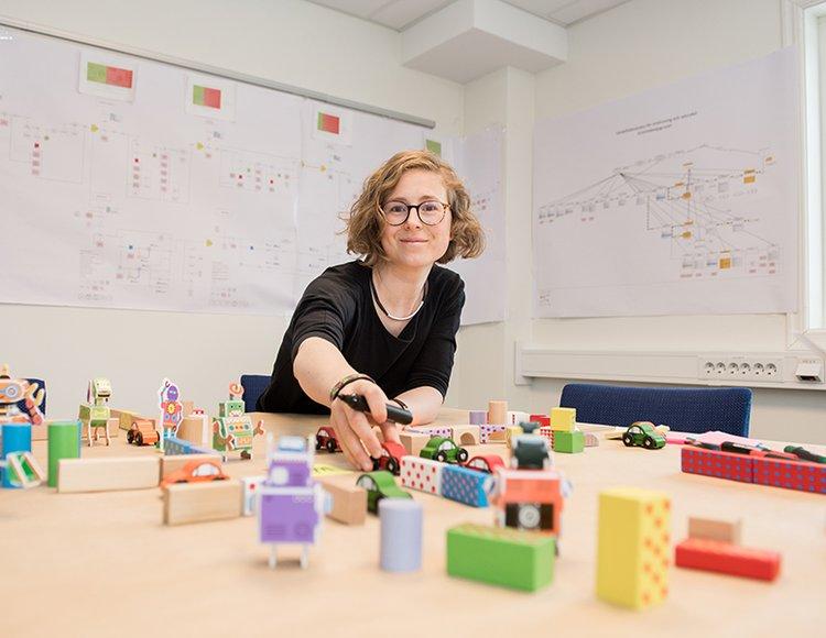 Lisa Önnerlöv på Bolidens kontor. på bordet framför ligger färgglada byggmoduler