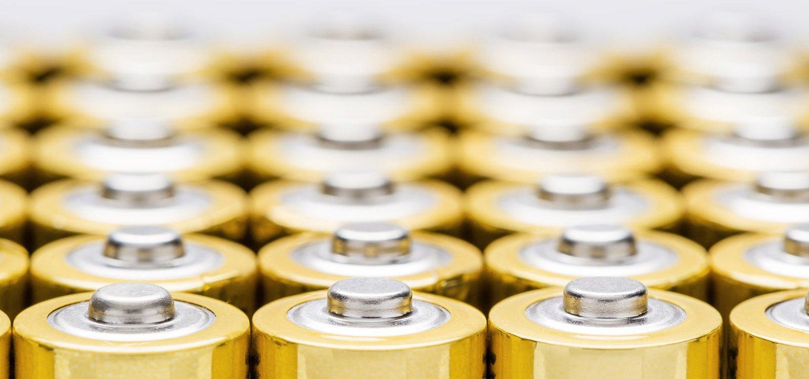 <p>Naukowcy studiują zachowanie jonów złota w płynie, co może ułatwić zwiększenie wydajności akumulatorów.</p>