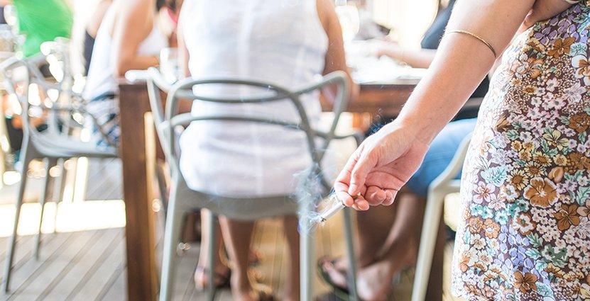Krögarna förbjuds enligt lag att ställa ut askkoppar - uppmuntrar till rökning.  Foto: Colourbox