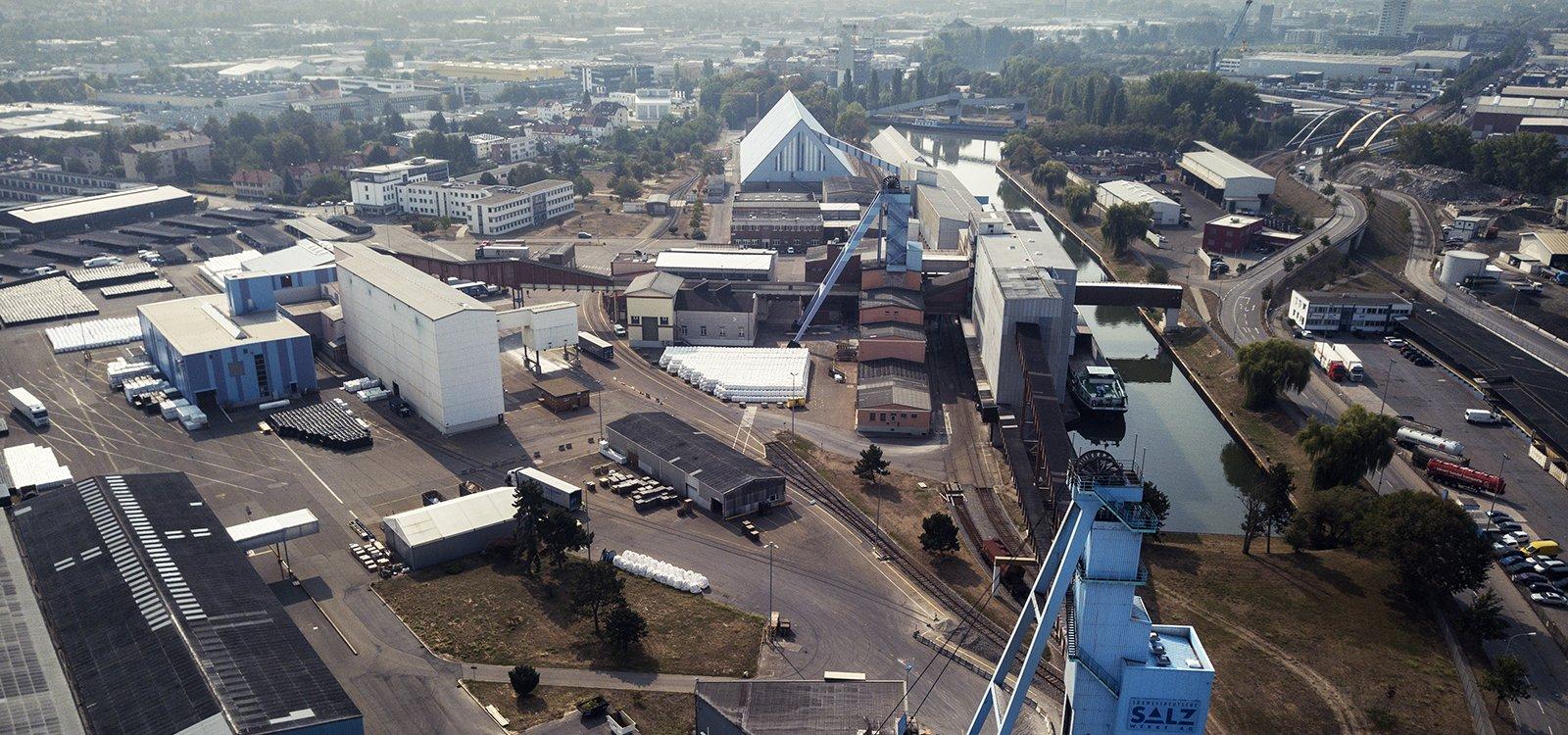 O céu azul se eleva acima das instalações de superfície na mina de sal Heilbronn, da Südwestdeutsche Salzwerke AG.