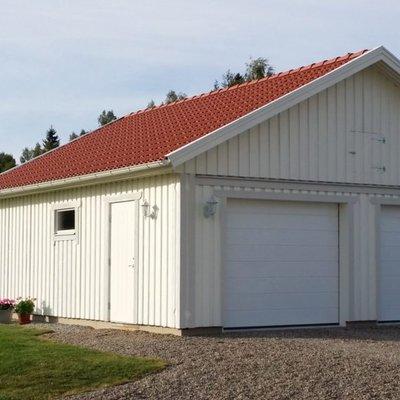 Garage med tegelröda pannor