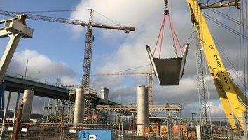Gigantisk stålleverans stoppar trafik på Götaälvbron