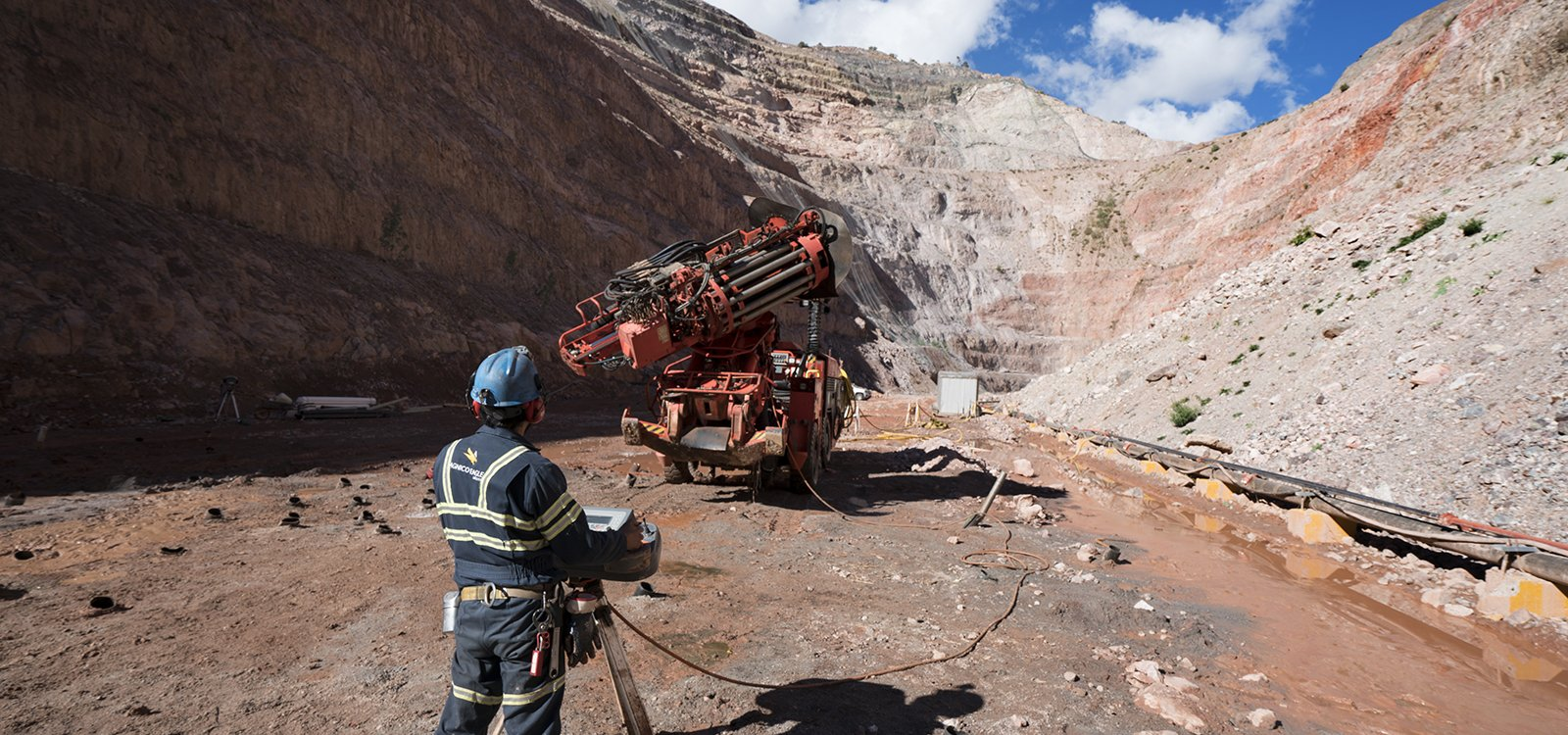 <p>By remotely operating Sandvik DL411, the operator and support staff can be well clear of any potential risks with no drop in productivity.</p>