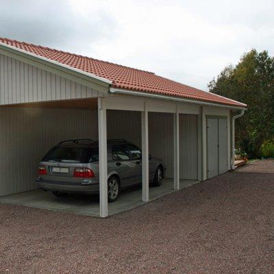 Garage med carport och ett förråd i bakkant