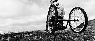 I stället för att se rullstolen som ett hinder valde Aron att se möjligheterna i sitt nya liv.