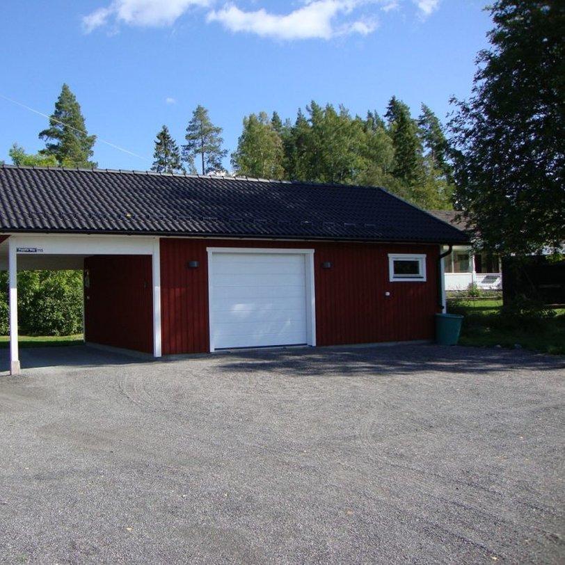 Garage och carport med takskjutport i takfallssida