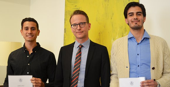 Erik Tivenius och Emanuel Rezvani Arany, med Handelshögskolans rektor Lars Strannegård i mitten.