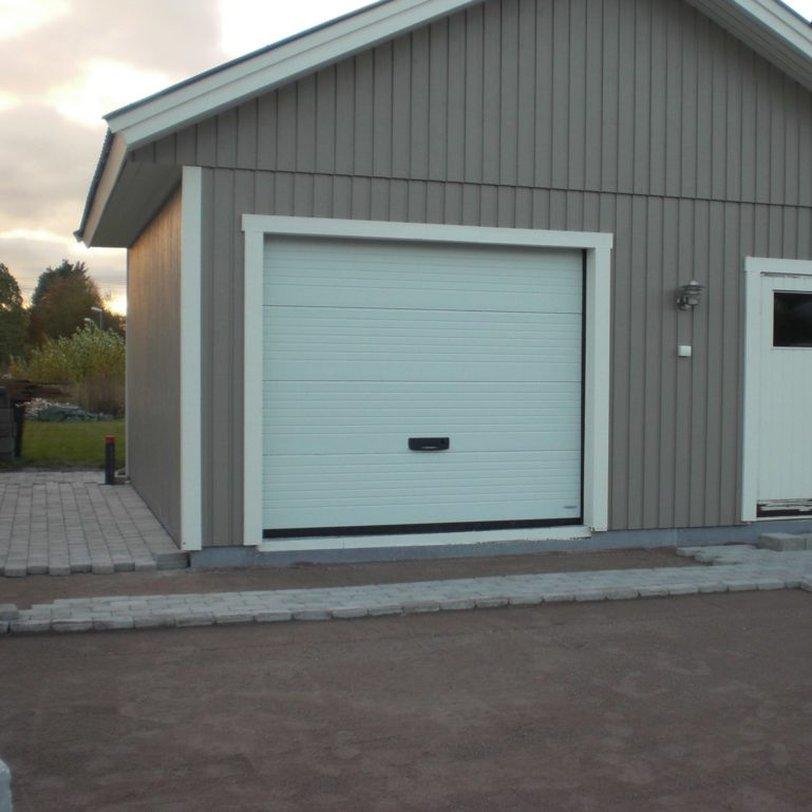 Garage med port och dörr