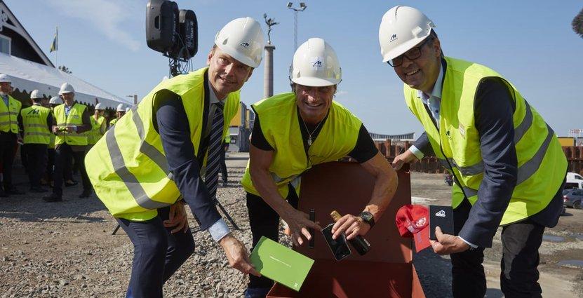Peter Danielsson, Petter Stordalen och Magnus Skiöld firade byggstarten med att fylla en tidskapsel med ting från 2017. Den ska gjutas in i hotell- och kongressanläggningen Clarion Hotel SeaU Helsingborg.