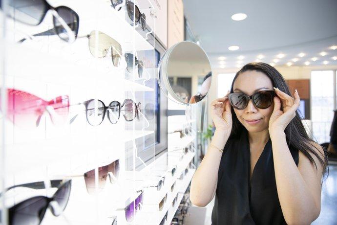Wai Chan, designchef på Synsam, guidar till rätt val av vårens och sommarens solglas