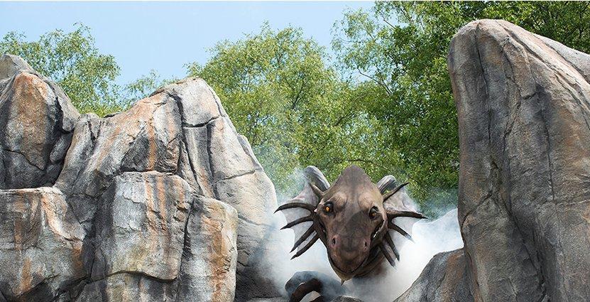 Inför filminspelningen av Bröderna Lejonhjärta tillverkades en fyra meter hög modell av draken Katla som rymde tre personer. Nu har Astrid Lindgrens Världs sin egen.