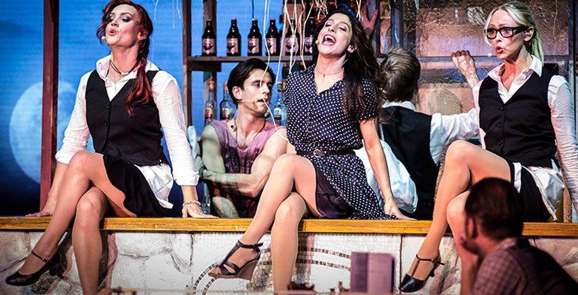 Showen baseras på storfilmen Mamma Mia! som kom 2008.