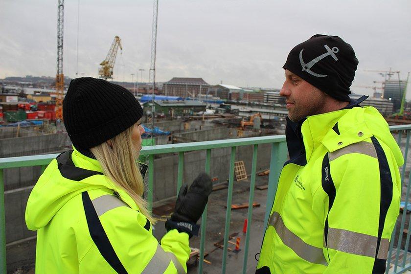 Ellinor Beijar, projektkommunikatör för Hisingsbron, och Robert Landström, en av byggledarna för Hisingsbron (bild tagen i januari 2018). Foto: Trafik Göteborg