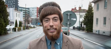 Den speciella, egenkomponerade frisyren har blivit en viktig del av fastighetsmäklaren Johan Carlssons personliga varumärke.