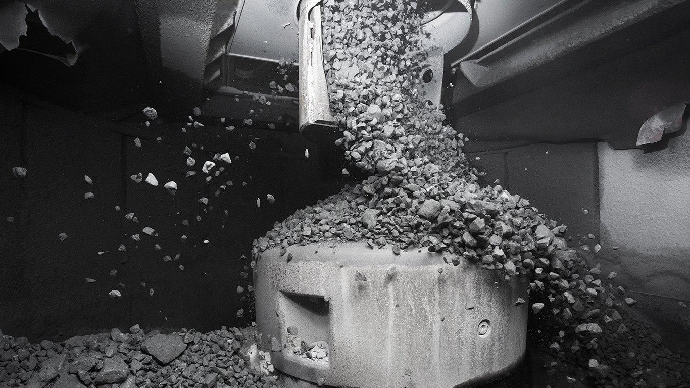 <p>Para ajudar a garantir o desempenho ideal da câmara de britagem e eliminar possíveis problemas de alimentação no britador Sandvik CH895 da El Teniente, a Sandvik instalou um distribuidor rotativo acima do funil de alimentação para espalhar uniformemente o material recebido.</p>