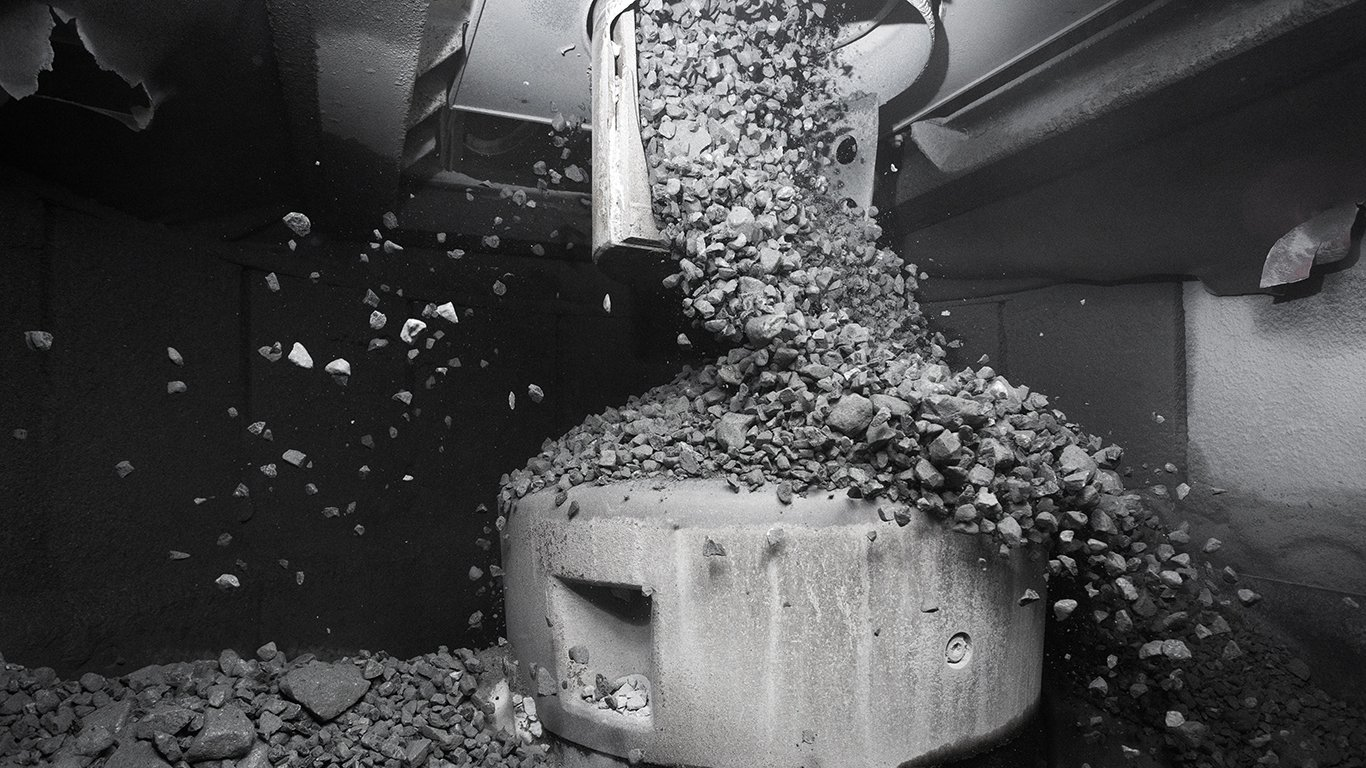 <p>为了确保破碎腔达到最佳性能水平,消除任何潜在的进料问题,在El Teniente的山特维克CH895破碎机的进料斗上方安装了一个旋转式进料分配器,确保进料可以均匀分散进入破碎腔。</p>