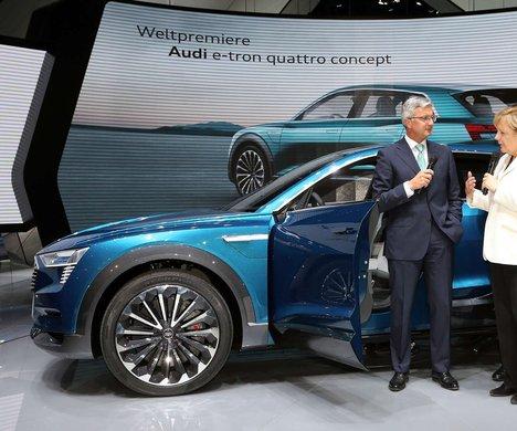 Audis vd Rupert Stadler visar förbundskansler Angela Merkel en konceptbil i samband med motormässan i Frankfurt. Foto: Audi
