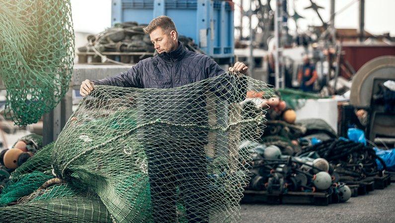 Glenn Mattsing inspekterar fiskenäten som används i tillverkningen av Sculpturs möbler.