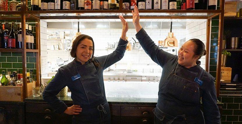 Anabel Parra Ortiz och Chanchira Sribuaon – två nya chefer på Nofo Wine bar.  Foto: Elena Makarovskaia.