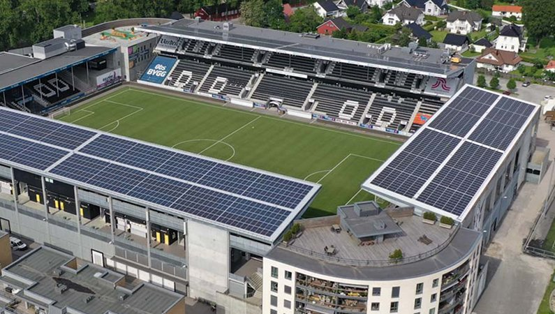 Solcellerna på arenans tak kan ge energi till grannskapet runtomkring.