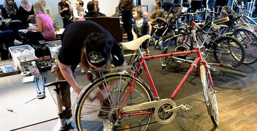 Det meckades och fikades åt höger och vänster. Här reparerar Jones Mabrouk en av de inlämnade cyklarna.