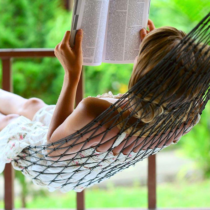Från hårdkokta deckare till hjärtvärmande feelgood – hitta din bokserie för sommaren