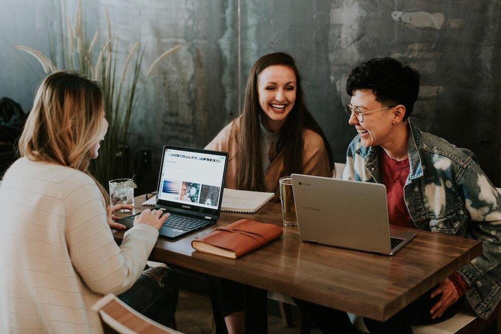 Grupp människor som diskuterar om karriärutveckling | KFX