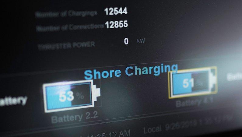 Batterierna laddas varje gång fartyget går i hamn.