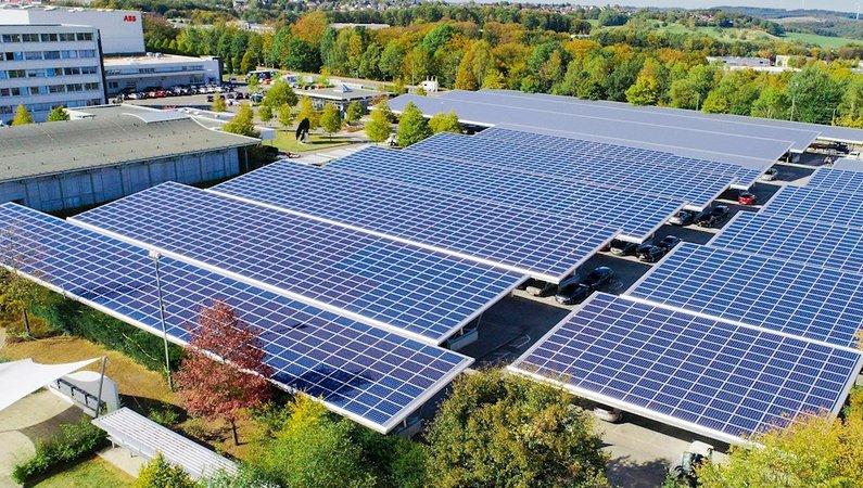 Soliga dagar genererar solcellerna tillräckligt med el för att täcka 100 procent av fabrikens energibehov.