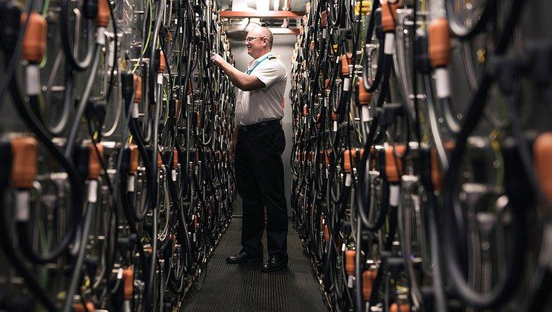 På varje färja finns det 640 litiumbatterier som är placerade i en container på fartygets tak.