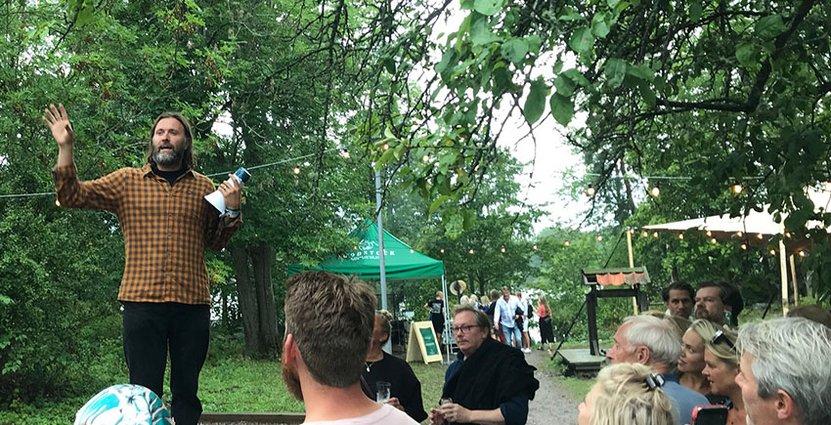 Niklas Ekstedt hälsar gästerna välkomna till Fjäderholmarna och Foodstock.  Foto: Besöksliv