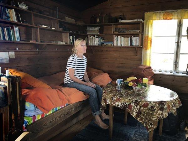 Sophia Jansson sitter på Toves säng