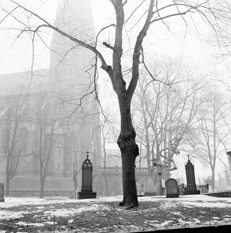 Johannes kyrkogård sedd mot Johannes kyrka. Foto: Herbert LIndgren, 1960. Originalfoto finns på Stockholms stadsmuseum